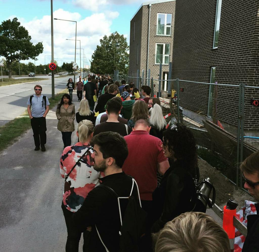 Det her var køen for os der havde købt billetterne på forhånd, og den var lang...