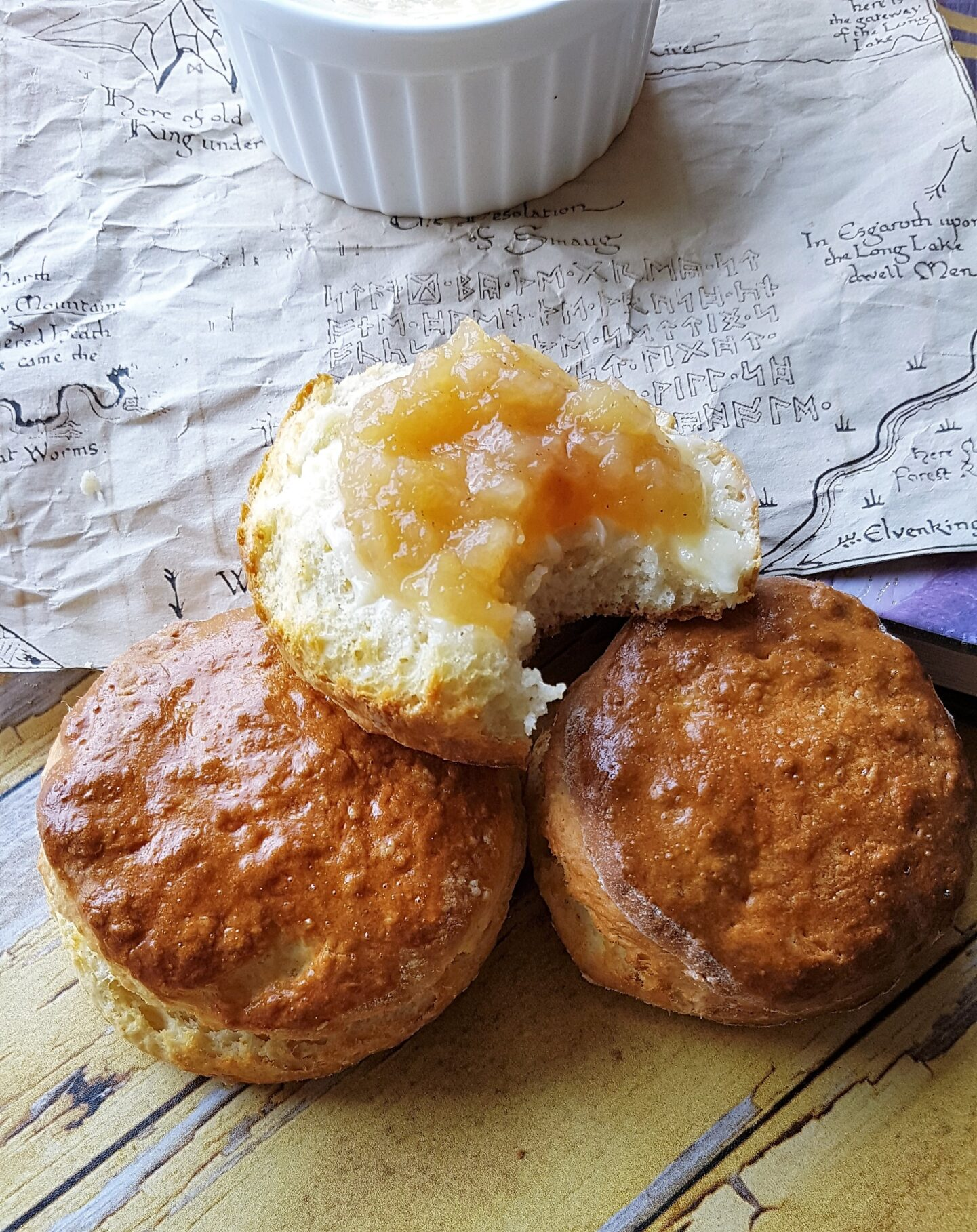 Bilbos scones med friskkærnet smør