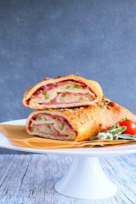 Stromboli pizzastang med ost, salami og løg