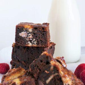 Brownie med cheesecake og hindbær