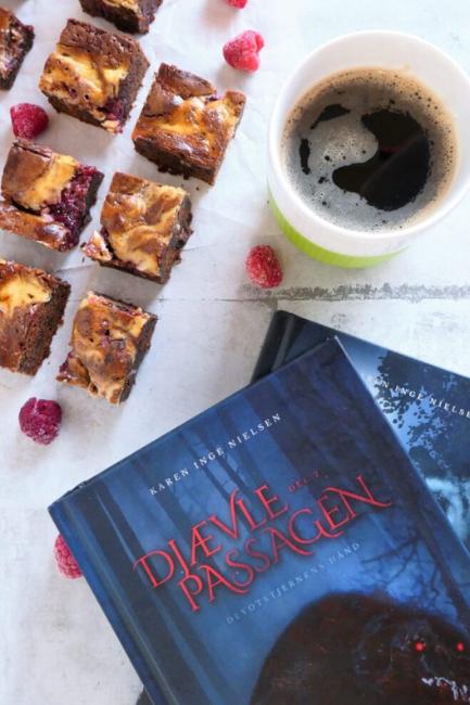 Anmeldelse: Djævlepassagen 2 – og en opskrift på djævelsk gode brownies med cheesecake og hindbær swirl