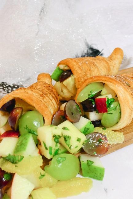 Mini overflødighedshorn med fugtsalat og vaniljecreme