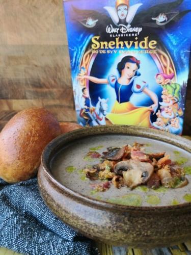 Svampesuppe med hjemmebagte ostebrød ala Snehvide